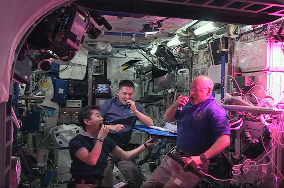 astronauts-space-grown-lettuce
